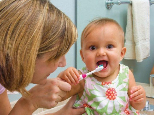 http://www.farmaciaserafini.net/wp-content/uploads/2019/07/cominciare-a-lavare-i-denti-al-bambino-656x492-640x480.jpg